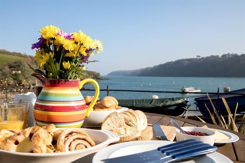 3 Coastguard Cottage, River View in Helford Passage - sleeps 6 people