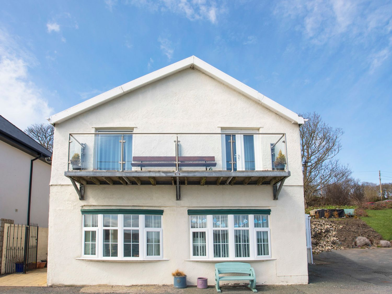3 The Coach House - Penthouse Apartment in Red Wharf Bay - sleeps 4 people