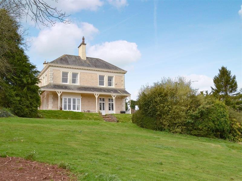 Beaconside House in Monkleigh, near Bideford - sleeps 20 people