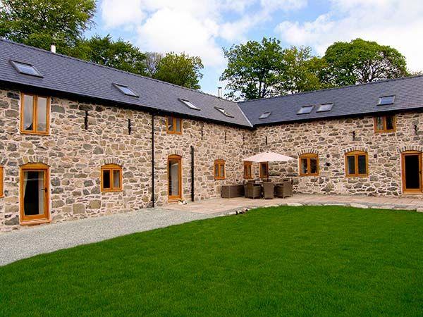 Castell Courtyard in Llanrhaeadr-ym-Mochnant - sleeps 24 people