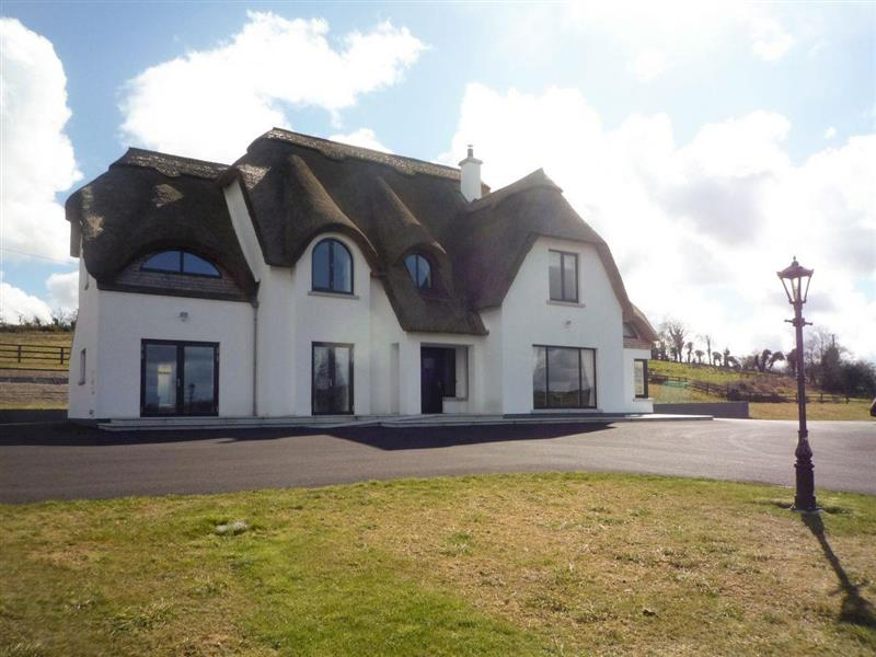 Cool Thatch House in Lavey, near Cavan - sleeps 8 people