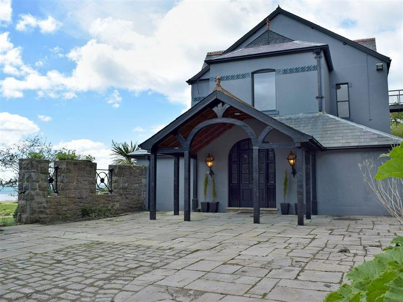 Pendine Manor in Pendine, near Laugharne - sleeps 20 people