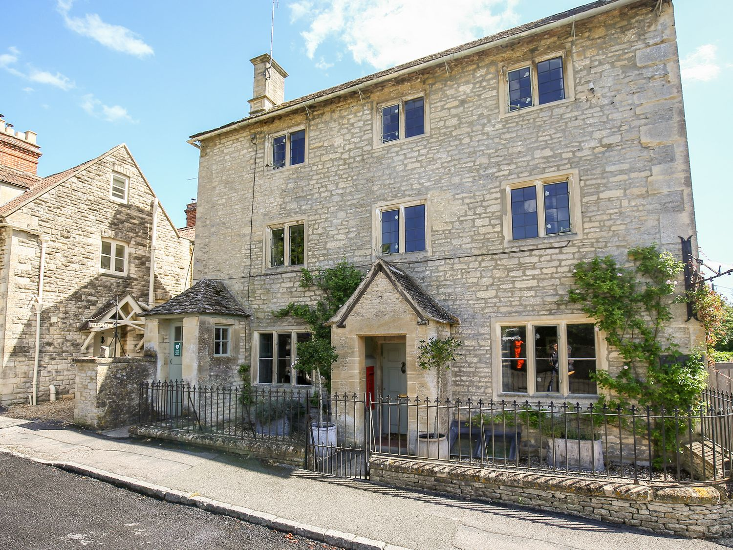 The Old Post Office in Coln St Aldwyns - sleeps 8 people
