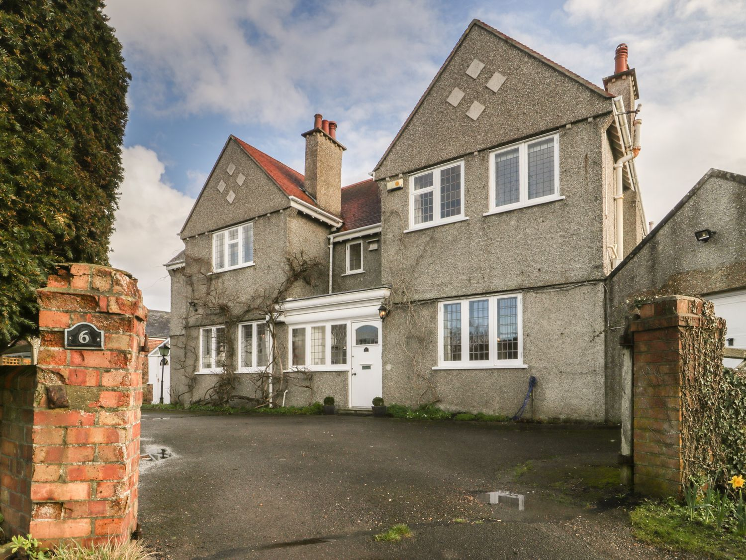 The Well House in Southbourne - sleeps 10 people