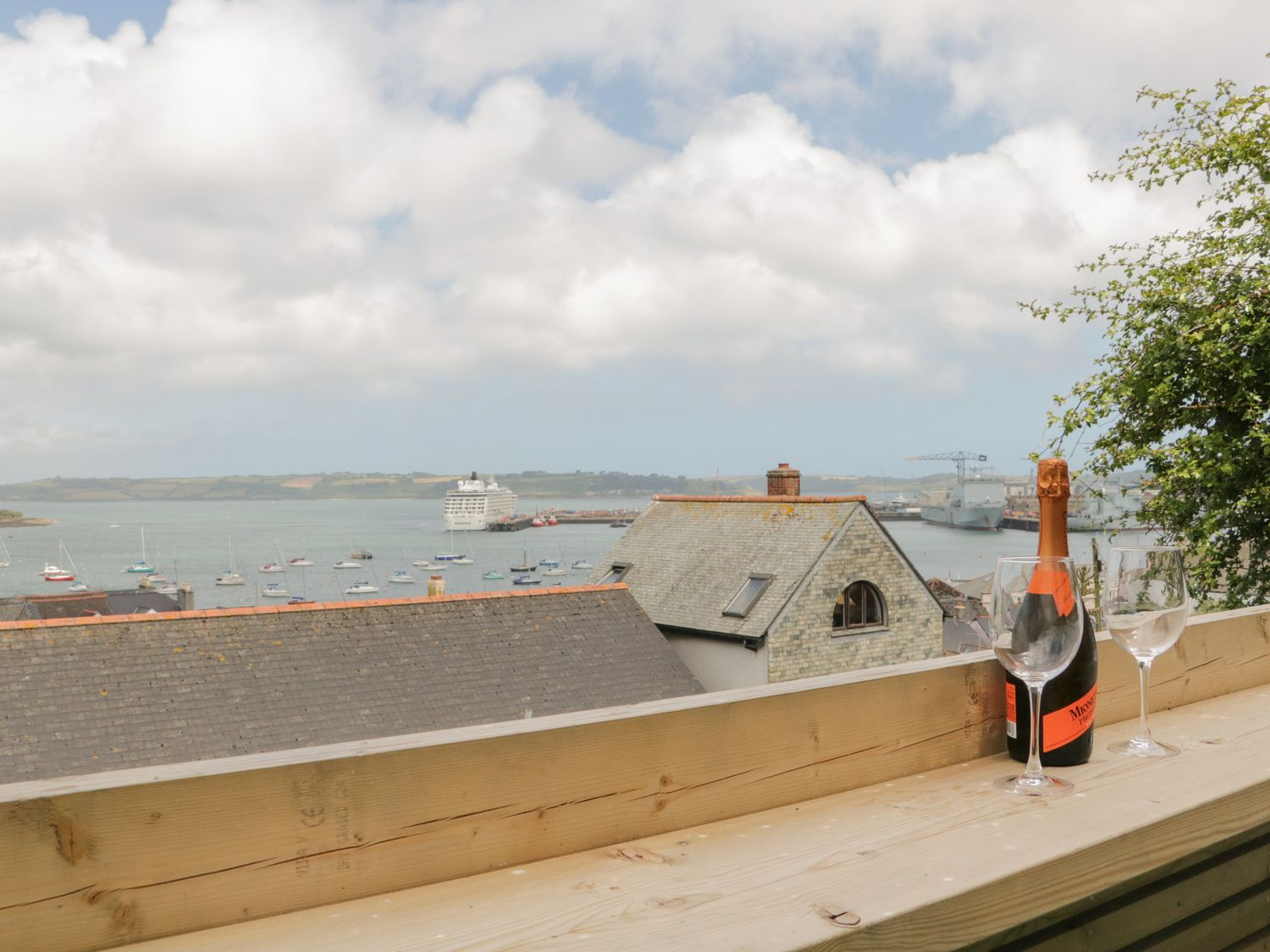 Through The Porthole in Falmouth - sleeps 5 people