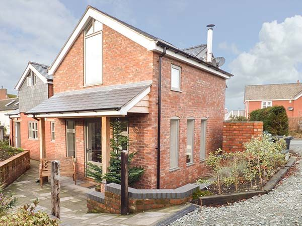 Top House in Kingswood and Forden - sleeps 6 people
