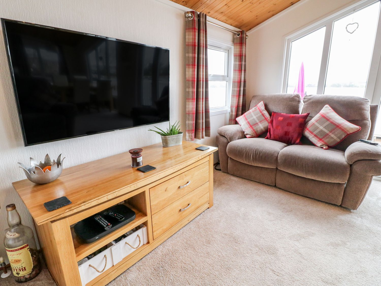 Waterfront Lodge in Tattershall Lakes Country Park - sleeps 8 people
