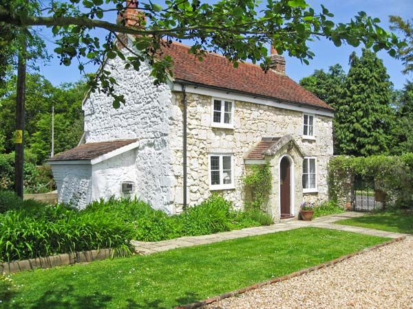 Weirside Cottage in Brighstone - sleeps 4 people