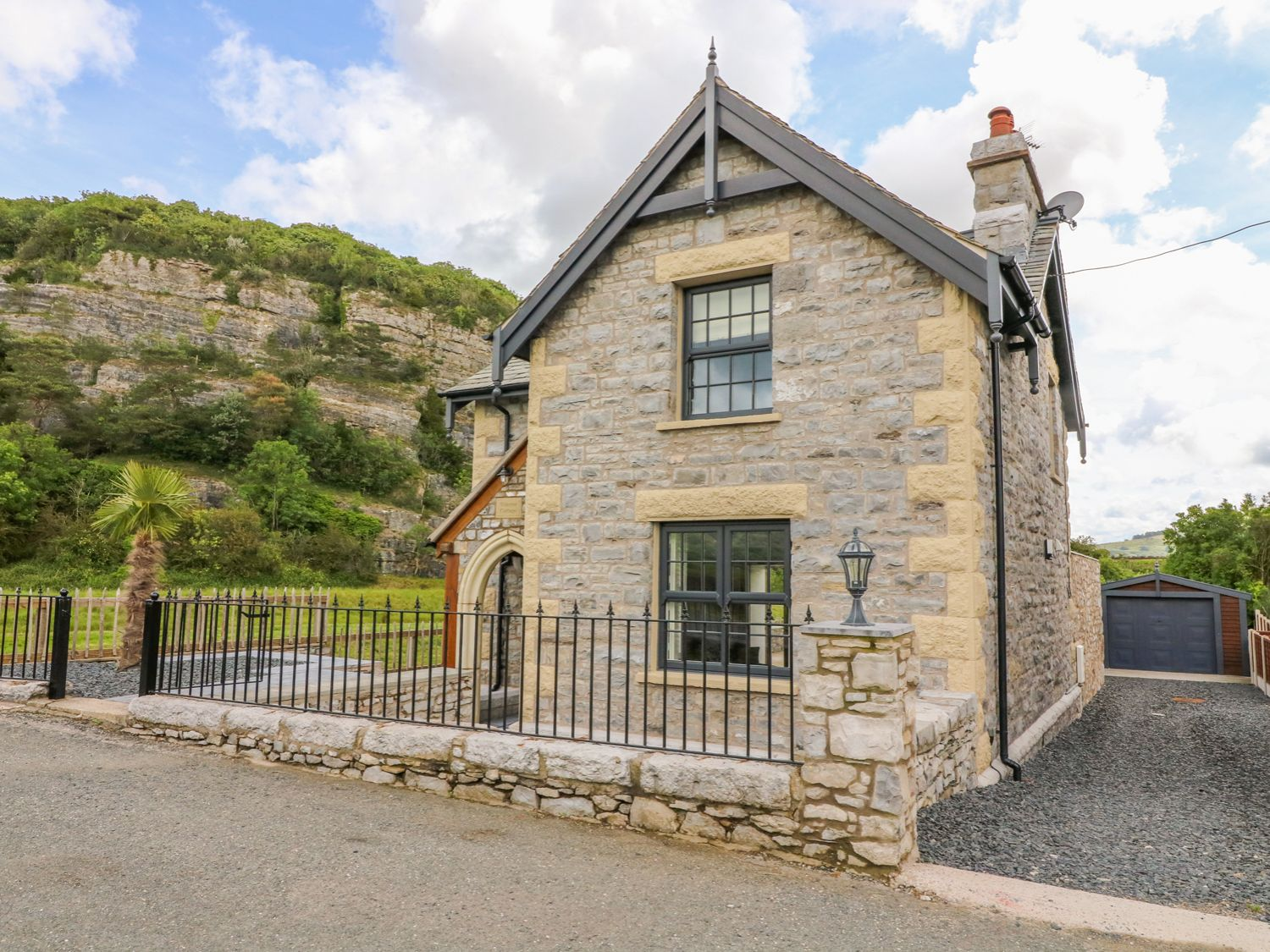 Winster Cottage in Grange-over-Sands - sleeps 5 people